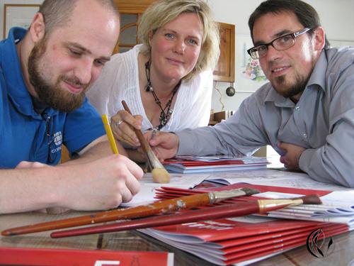 Stefan Schmidt, Holger Heinke und Sonja Jannichsen beim Ausmalen, Foto Sonja Jannichsen