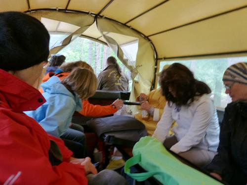 Was sie auch tat. Aber der Kutscher hatte nur noch Augen für eine Kursteilnehmerin, so dass wir in der Kutsche die wildesten Fantasien hatten und somit so richtig viel Spaß!