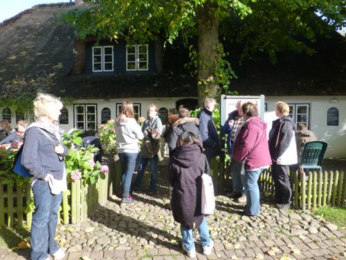 """Treffen vor dem Restaurant """"Altes Landhaus""""."""