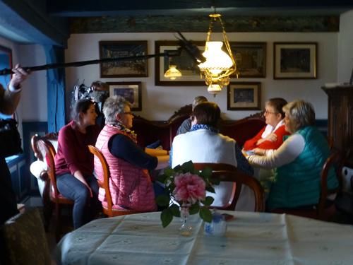 """Die Kartenspielerinnen durften dann auch noch etwas zu """"Ihrem"""" Cafe sagen."""