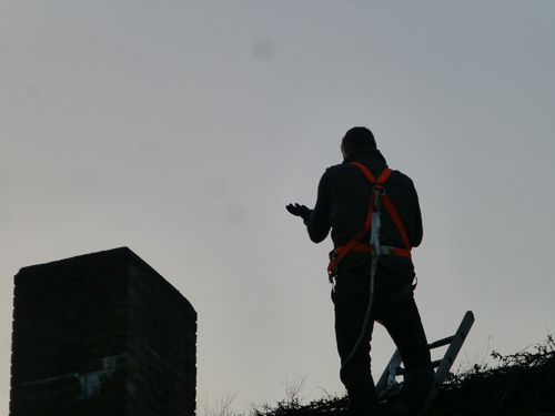 """Sven Tietzer steht auf dem Dach und staunt über diesen Augenblick. Mein Herz ruft """"Yeah - Ziel erreicht"""". Und die Sendung beginnt. - Freude kommt hoch."""
